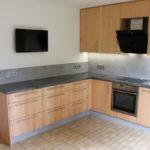 Moderne Einbauküche mit Ahorn Massivholz Fronten