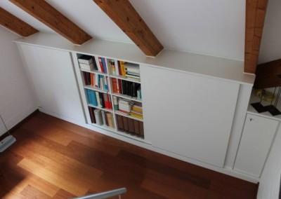 Bücherregalwand mit Schiebetüren