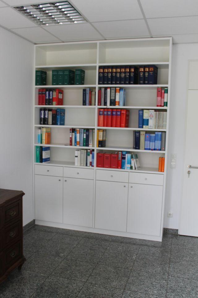 Bücherregal mit Unterschrank
