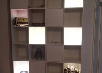 Regalwand mit Türen und Schubladen