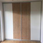 Kleiderschrank mit geteilter Schiebetürfront-00001